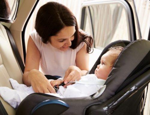 Les sièges d'auto face vers l'arrière et coquilles pour bébé